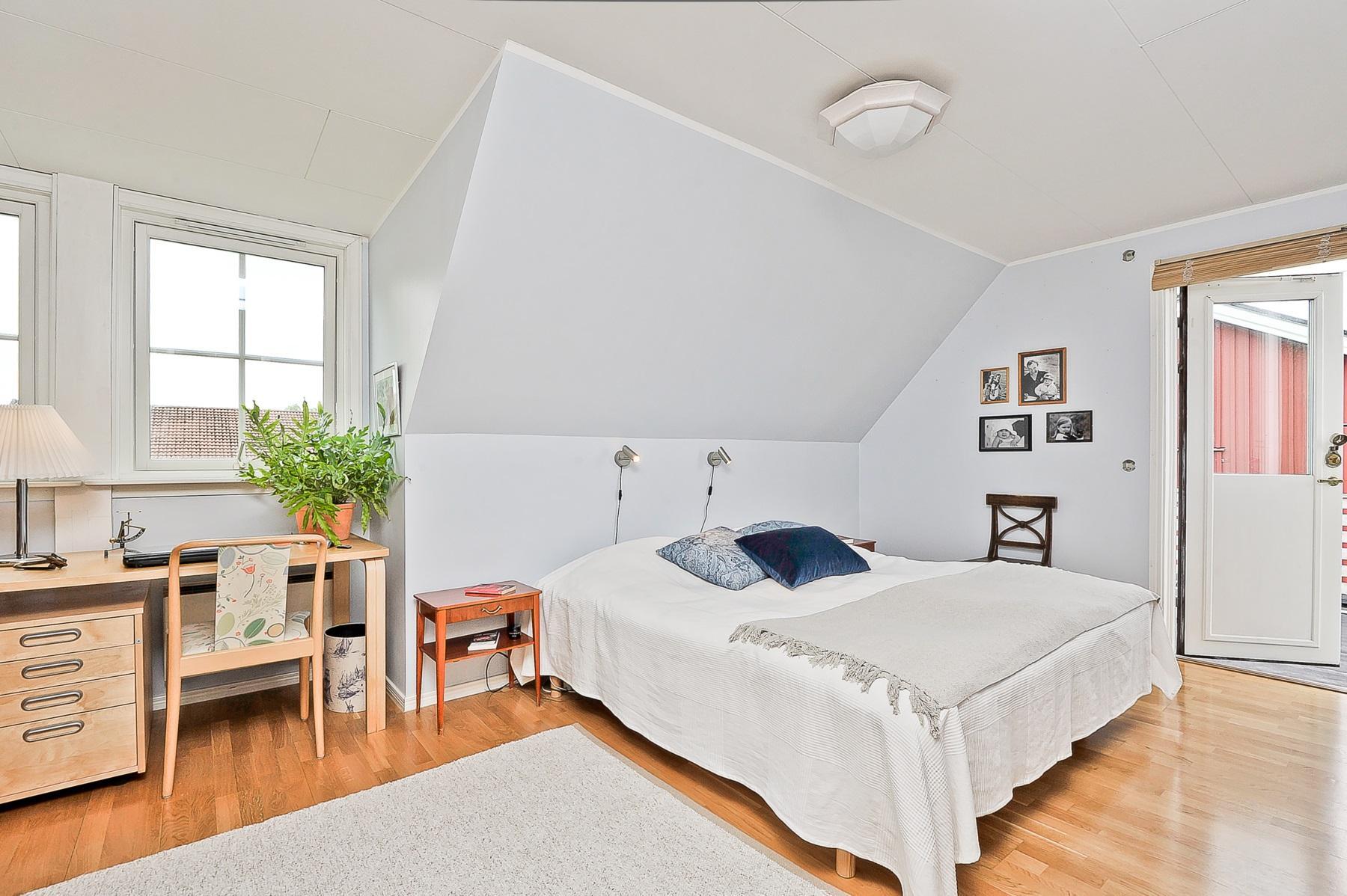 Stort sovrum med utgång till takaltan